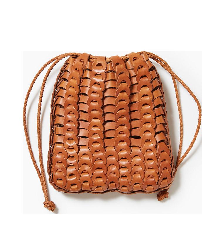 <p><strong>15.イルミーチョのレザーポーチ</strong><br /> フィレンツェ在住の深谷秀隆氏が手掛けるブランド。革を複雑に編み上げたポーチは、重厚感がエレガントな服とも好相性。革製だがメッシュで涼し気なところも、夏の休日バッグとして理想的だ。W18×H21.5×D5cm。6万9000円(リングヂャケットマイスター206 青山店)</p>