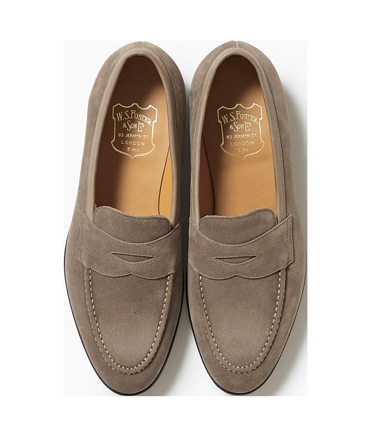 <p><strong>18.フォスター&サンのスエードローファー</strong><br /> 1840年創業の英国ビスポークシューズブランドは、熱狂的なファン多し。そのノウハウを生かした既成のスエードローファーは、古き良き本格英国靴テイストを最高のフィッティングで堪能できる。14万円(リングヂャケットマイスター206 青山店)</p>