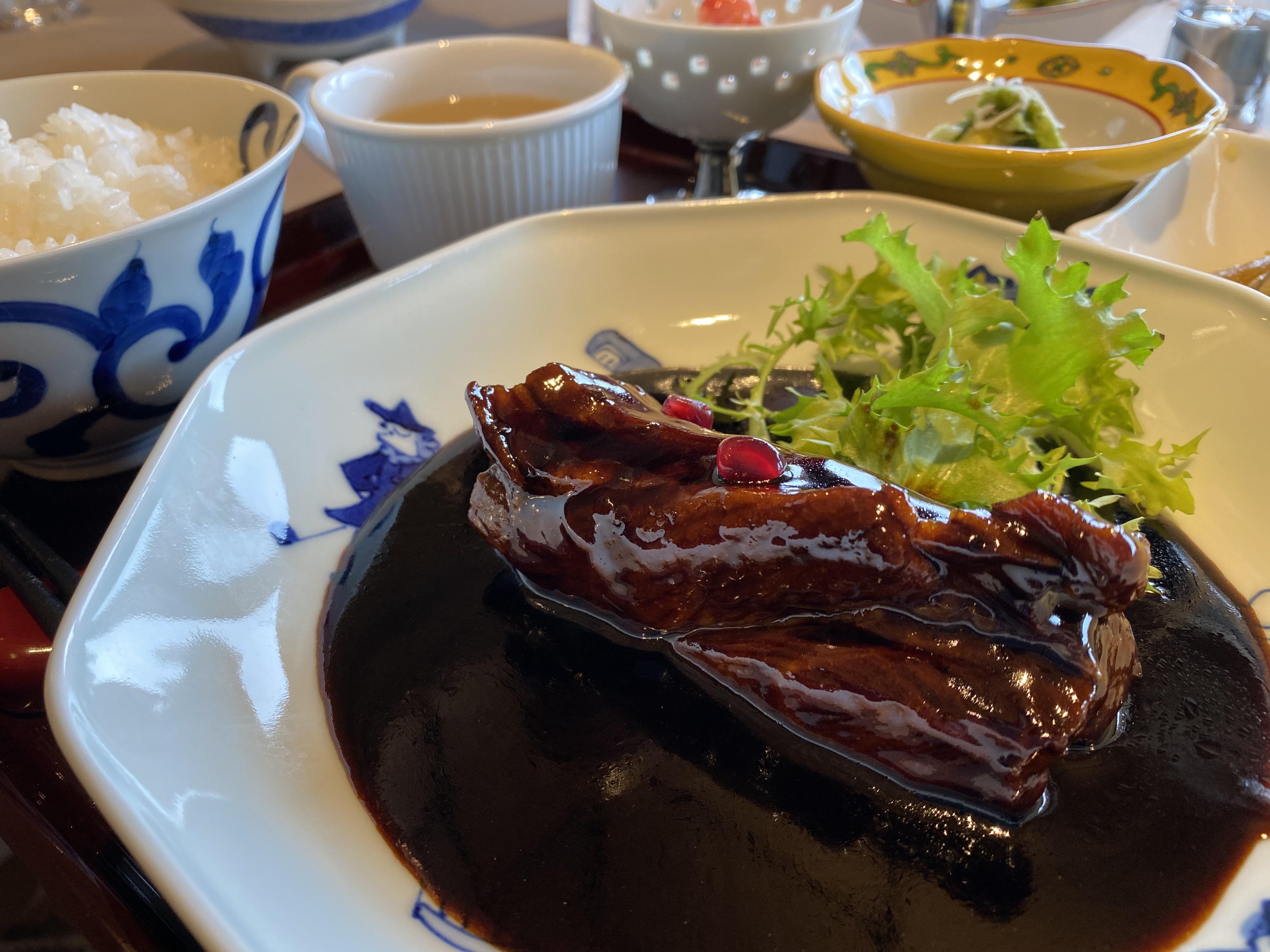 <p>レストランメニューは中華の名店「桃の木」が監修。こんな酢豚がいただけます</p>