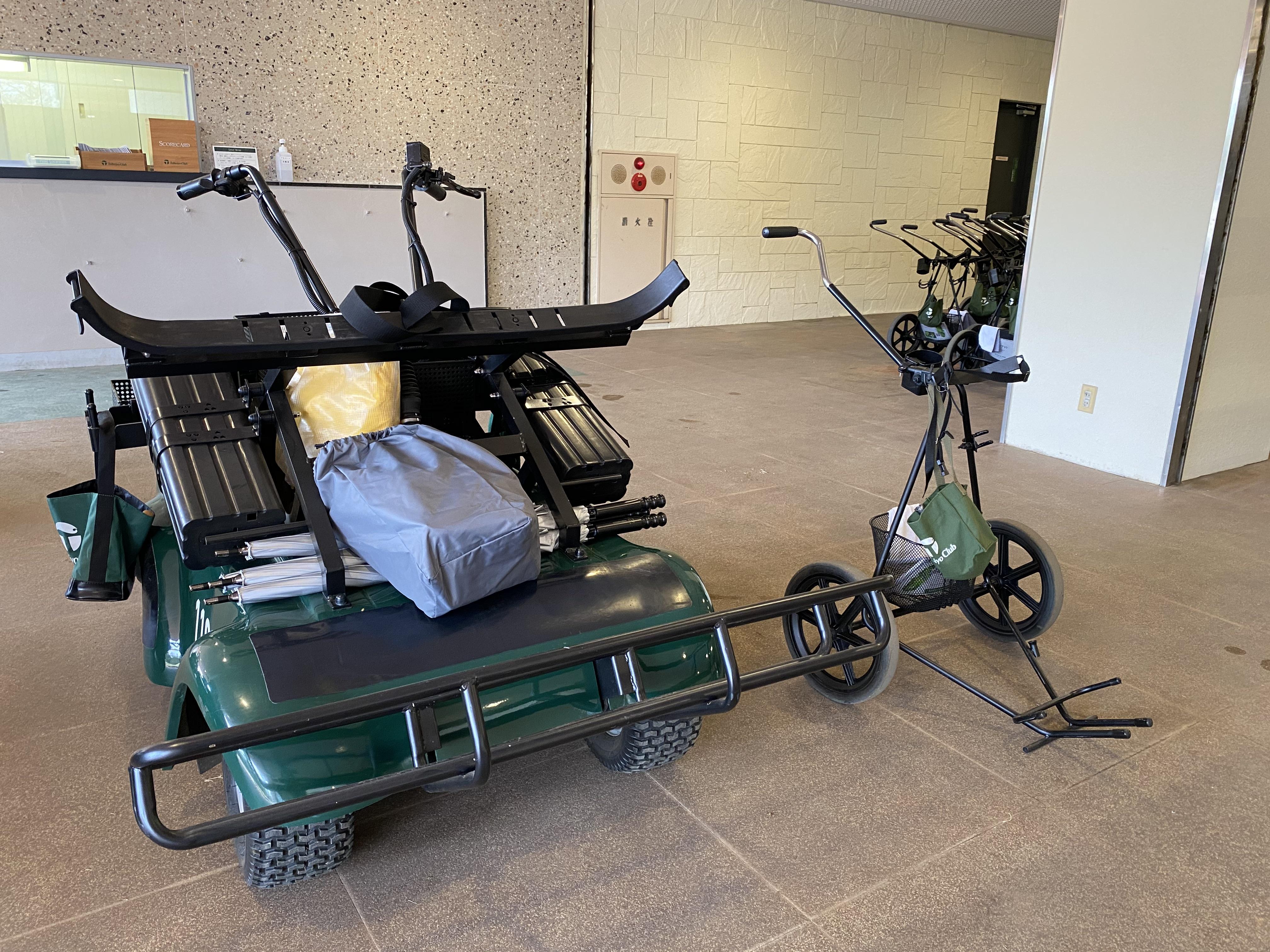 <p>プレー方式は、キャディ付きの歩きプレーか手引きカートでのセルフプレーを選択できる。もちろん、キャディバッグを自分で担いでラウンドしてもオッケーです</p>