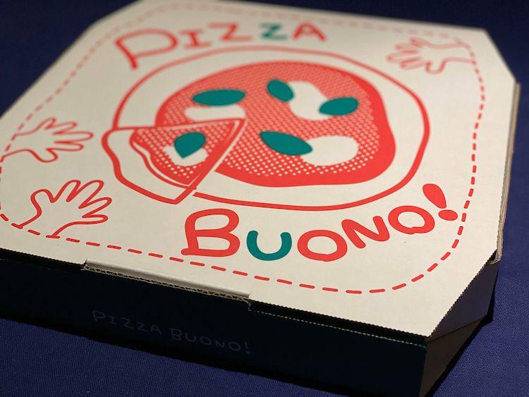 <p>思わず笑みがこぼれる、陽気なデザインのピザのデリバリーボックスに入って届けられる。</p>