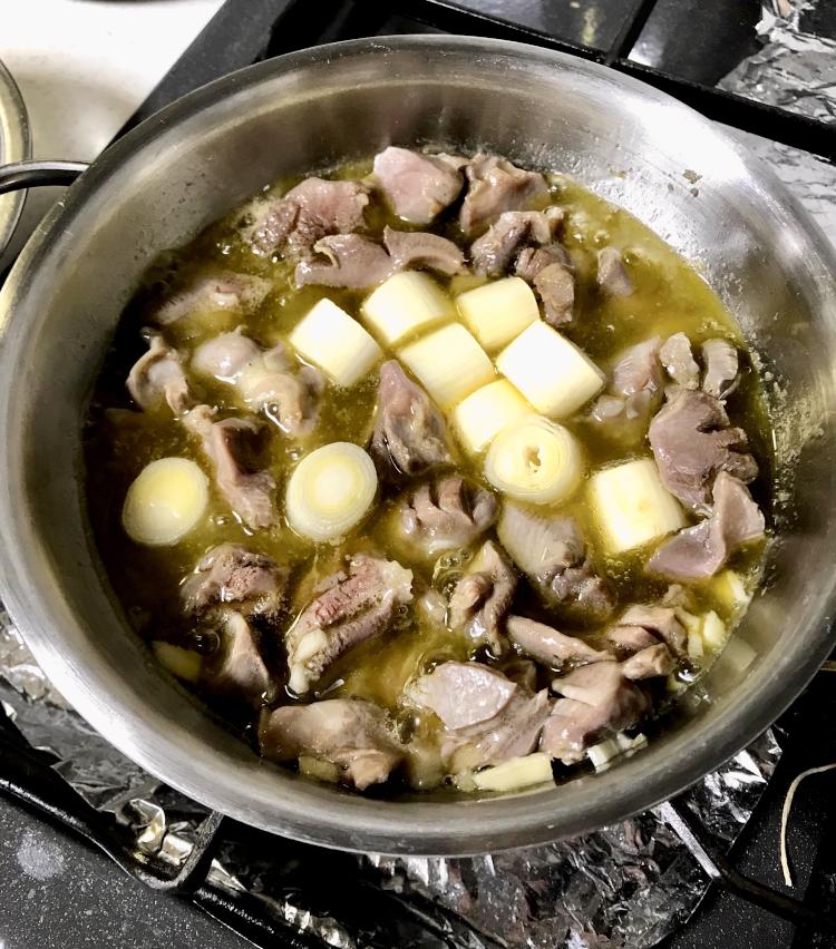 <p>7.砂肝の色が変わってきたら、長ネギを投入。<br /> 2〜3分煮たら、塩胡椒をして出来上がり。<br /> 熱々をどうぞ!<br /> コリコリした食感がたまらない一品。</p>