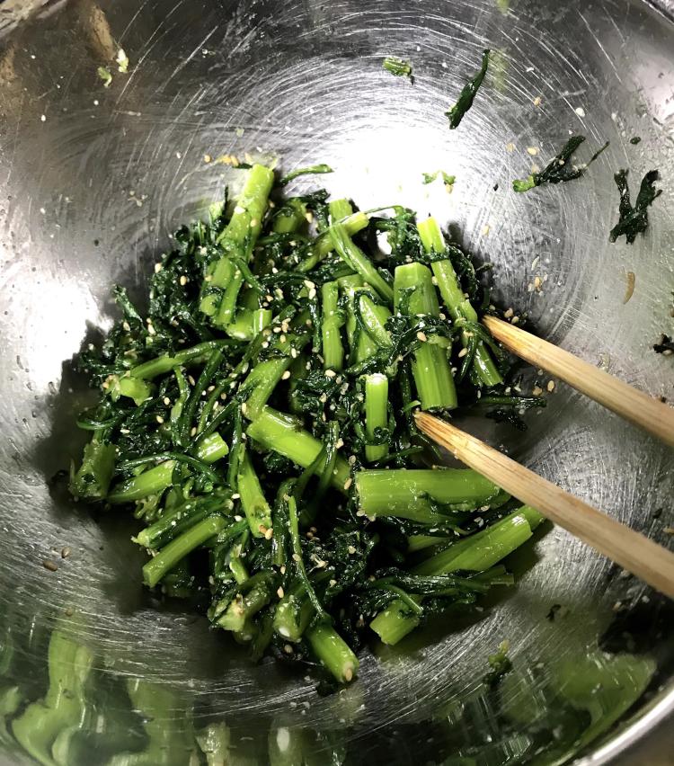 <p>8.ボールに醤油小さじ1、ごま油小さじ1、砂糖小さじ半分、塩少々を混ぜて、そこに先程の春菊と胡麻も入れたら全体をよく和えて完成。</p>