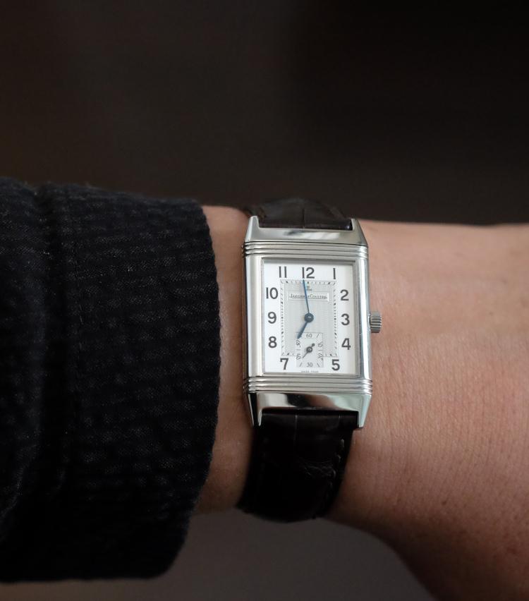 <p><strong>エディター 小曽根広光さんの愛用時計<br /> Brand…ジャガー・ルクルト Model…レベルソ・クラシック Ref.252.8.71</strong><br /> 「7年ほど探し続けて、ようやく入手できた思い入れのある一本。2000年代中盤に数年間だけ生産されたモデルです。一見、現行から1世代前の『ビッグレベルソ』に見えますが、実はケース径が『レベルソ・クラシック』と同じ33×23㎜になっているのがポイント。スモールセコンドが付き、ギヨシェが施されている点が定番との大きな違いですが、個人的にはミニッツトラックが黒(同世代のレベルソ・クラシックは青のレールウェイトラック)になっているところが大変気に入っています」</p>