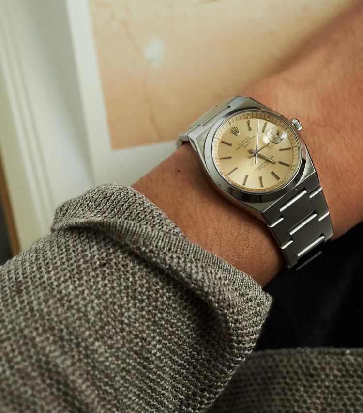 <p><strong>スタイリスト 四方章敬さんの愛用時計<br /> Brand…ロレックス Model…オイスターパーペチュアルデイト</strong><br /> 「約4~5年前に知り合いのカメラマンさんがしていて、かっこいいなと思い必死で探して見つけた時計で、結構珍しいモデルです。ジェラルドジェンタ デザインの時計が好きで、他にロイヤルオークも持っています。基本はいつもカジュアルスタイルなので洋服選ばず、着けています」</p>