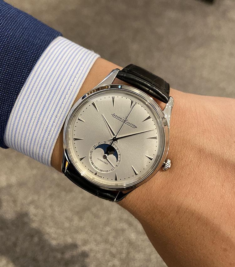 <p><strong>ジャガー・ルクルト<br /> マスター・ウルトラスリム・ムーン</strong><br /> 「名前の通り超薄型の自動巻きモデル。ジャケットの袖口に収まるサイズ感とクラシカルなデザインは、まさに仕事時計として最適です。また、ムーンフェイズが文字盤にコントラストを与え、シンプルなだけではない奥行きを演出してくれます」</p>