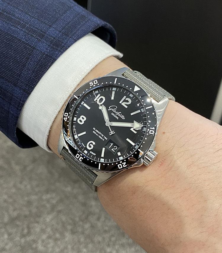 <p><strong>グラスヒュッテ オリジナル<br /> SeaQ パノラマデイト</strong><br /> 「1969年製のオリジナルモデルを復刻した1本。ヴィンテージデザインが時計好きの心をくすぐります。デザインだけでなく、最新の自社ムーブメントを搭載し、機能性においても申しぶんのない、今もっとも注目のダイバーズです」</p>