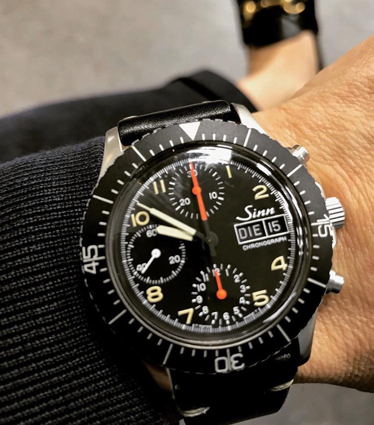<p><strong>ビームス クリエイティブディレクター 中村達也さんの愛用時計<br /> Brand…ジン Model…SINN 256 ミリタリークロノ</strong><br /> 「20年以上前の時計なのですが、ヴィンテージ感のある見た目が気に入っています。マットブラックのベゼルとオレンジ針のカラーコンビネーション、38.5㎜の小ぶりなケースサイズも気に入っているポイントです。イタリア製のヴィンテージレザー風のストラップにつけ替えて、主にジャケットスタイルやカジュアルスタイルに合わせ、活躍しています」</p>