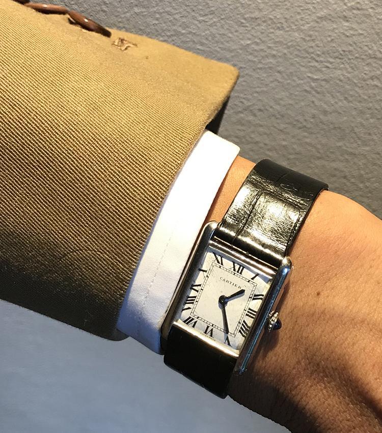 <p><strong>ユナイテッドアローズ クリエイティブアドヴァイザー 鴨志田康人さんの愛用時計<br /> Brand…カルティエ Model…ヴィンテージ タンク</strong><br /> 「年季の入ったプラチナケースの鈍い光がエレガントな1本。ドレスウォッチの代表格ですから、スーツへの合わせは当然ながらしっくりきますし、じつはシンプルなTシャツ、洗い晒しのボタンダウンシャツに合わせてもサマになるのが、たまらなく好きですね。カジュアルな装いを格上げしてくれるアクセサリーはそうそう無いと感じでいるので、貴重な存在です」</p>