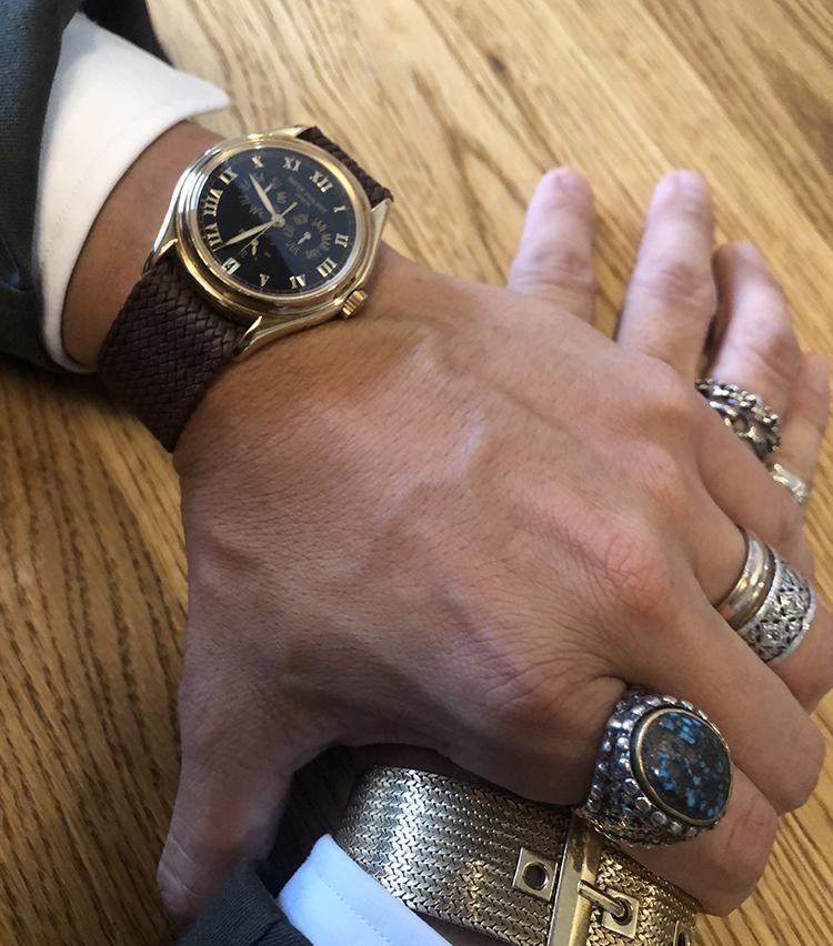 """<p><strong>スピラーレ 代表取締役 神藤光太郎さんの愛用時計<br /> Brand…パテック フィリップ Model…アニュアルカレンダー Ref.5035 </strong><br /> 「遡ること約20年前。初めて買ったパテックがこちらで、他色もありましたが、迷わず""""黒×金""""を選択。当時は、クロコダイルストラップで使用していましたが、最近はナイロンメッシュに替えて楽しんでいます。これからも大切にしたい時計です」</p>"""