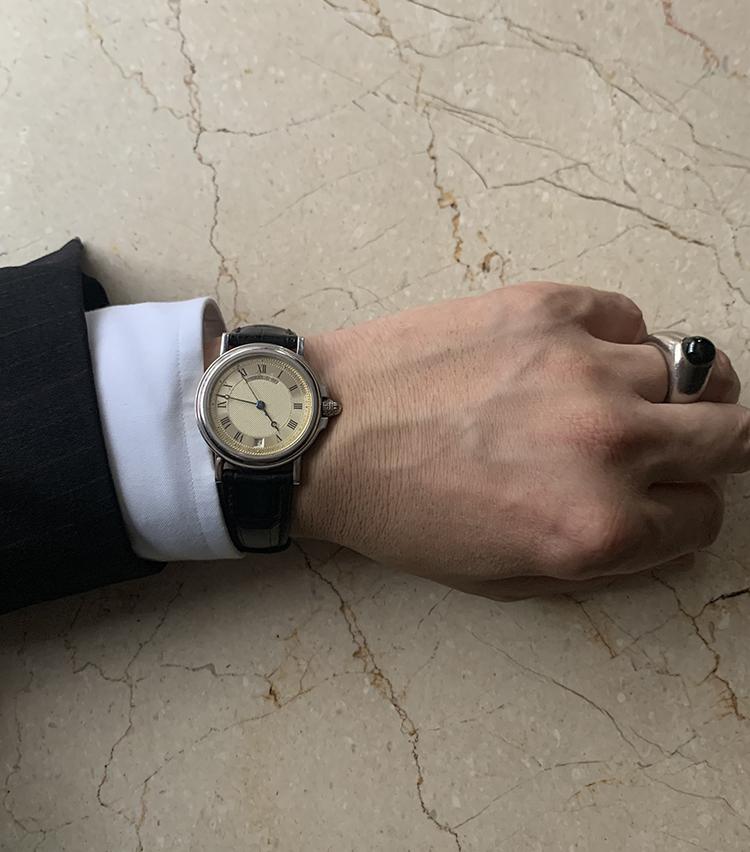 <p><strong>ペコラ銀座 オーナー 佐藤英明さんの愛用時計<br /> Brand…ブレゲ Model…マリーン</strong><br /> 「10年以上前にお客様から譲って頂いて、装いをよりドレッシーにしたい時に使っています。クラシックな雰囲気ながら、少しカジュアルなシェイプで、プラチナの重みを感じる着用感も愛用ポイントですね。ブルーのブレゲ針の色味も絶妙!」</p>