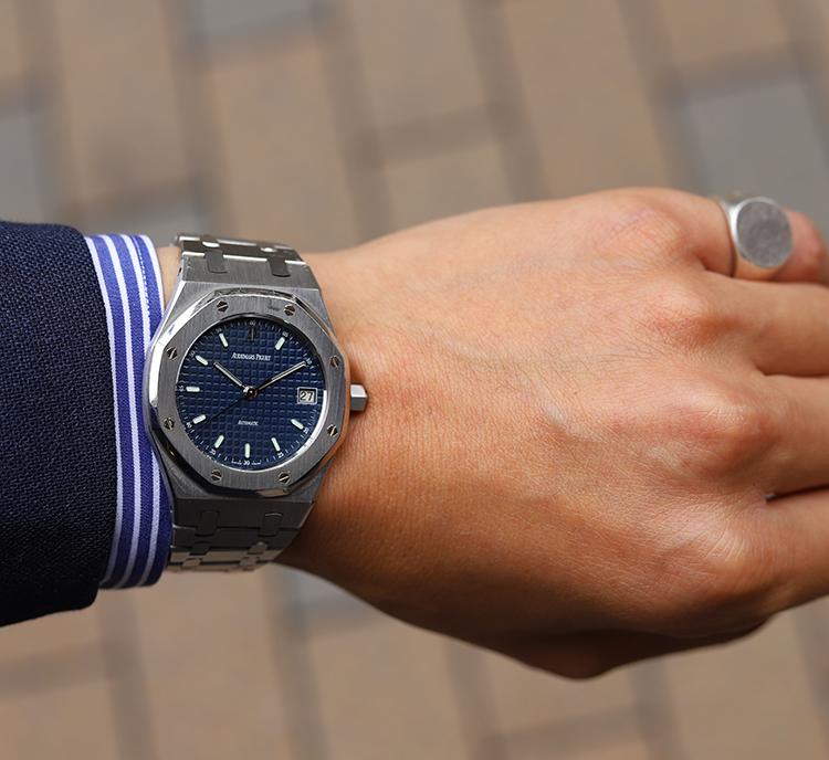 <p><strong>コルウ ビスポーク職人 齋藤 力さんの愛用時計<br /> Brand…オーデマ ピゲ Model…ロイヤルオーク</strong><br /> 「祖父と父がネジ関係の仕事をしていたこともあり、そのネジ打ちっぱなしデザインを見た際、運命を感じました。後に自分への記念時計として買ったこちらは、36㎜径ゆえ手首の収まりがよく、スーツ&ジャケット、双方に合わせて使っています」</p>