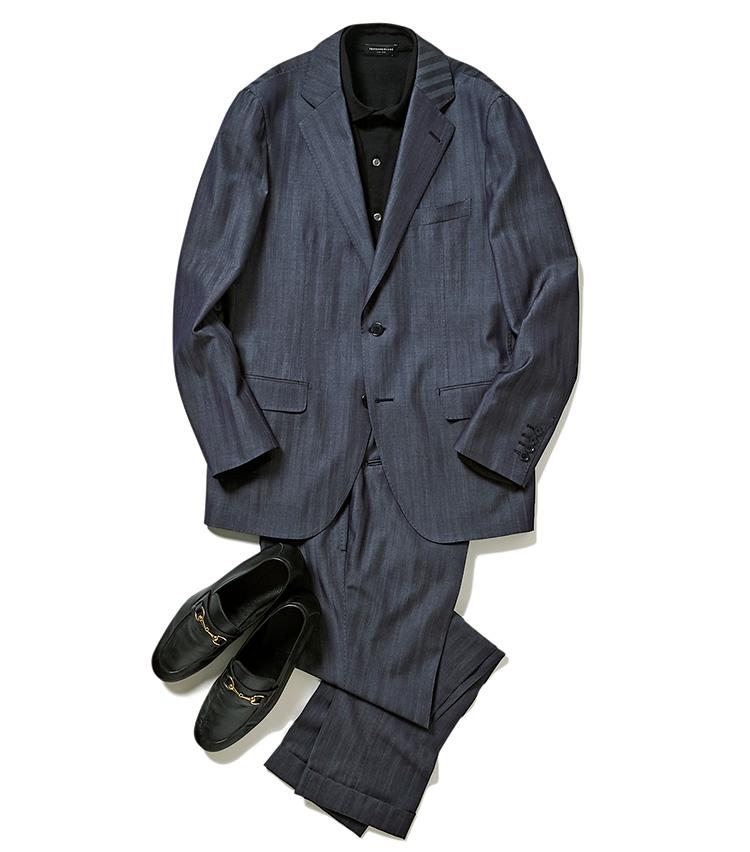 <p>黒のシャツはモードな雰囲気になりがちだが、こちらは柔らかなウールジャージー生地を使用するため、ニットポロ感覚で気軽に着用可能。台襟もついているため、スーツやジャケットと合わせたときに品良くきまるのも嬉しい。</p>