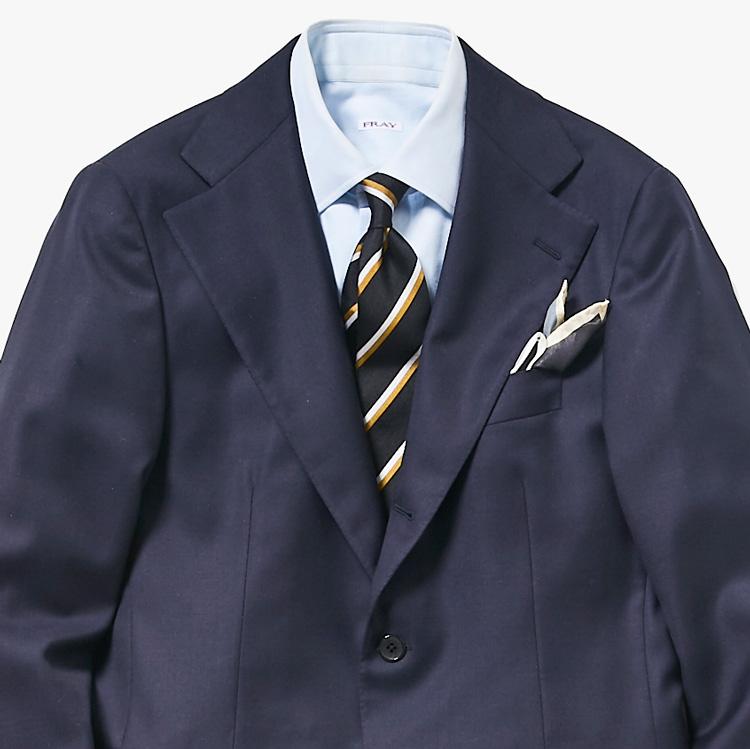 いつものネイビースーツを新鮮に見せるには?【1分で出来る胸元お洒落】
