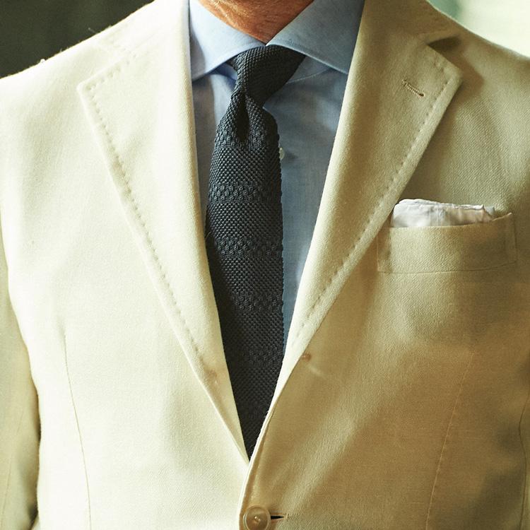 夏に「白ジャケット」が重宝する理由【1分で出来る胸元お洒落】