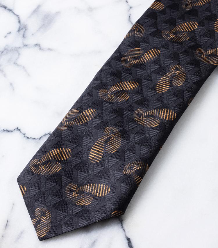 <p>プリントされる前のP地にジャガード織りを選び、その上からイエローをプリント。この技術もまた同ブランドならではのワザなのだ。2万6000円/アット ヴァンヌッチ(レガーレ)</p>