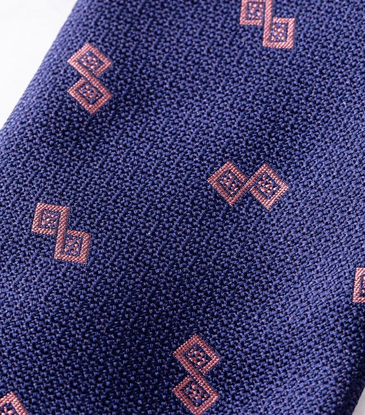 <p><strong>生地と柄にMEルーペ!</strong><br /> 凹凸のある織り生地は、シルクの光沢と相まってこなれた大人の印象だ。</p>