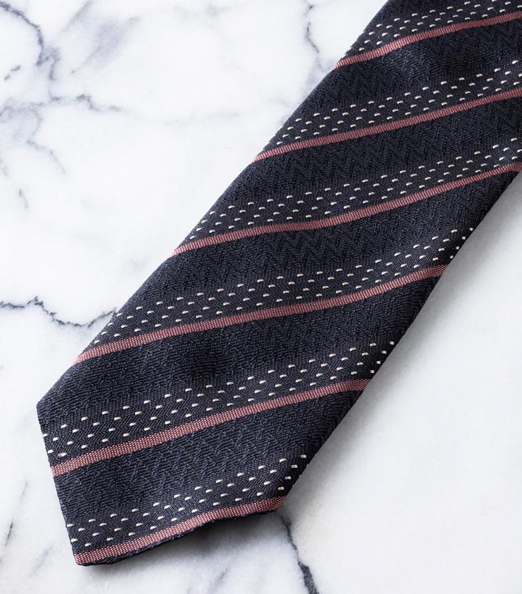 <p>トレンドのブラックカラーも、アット ヴァンヌッチのお家芸であるストライプならドレススタイルを格上げ。様々な織柄で匠にストライプを表現され、ストイックになりがちなレジメンタイもモダンに装える。2万7000円/アット ヴァンヌッチ(レガーレ)</p>