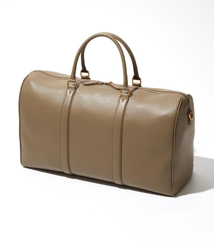 <p><strong>ペッレ モルビダの<br /> 「シュリンクレザーボストンバッグ」</strong><br /> 2~3泊程度の荷物でも余裕で収納できる大型のボストンバッグ。兵庫県姫路産のシュリンクレザーは上品なシボ感や鮮やかな発色が魅力で、マットな質感のゴールドトーンの金具がヴィンテージ感を演出する。きれいめのカジュアルスタイルとも相性がよく、ゴルフなどのスポーツにも活躍。ペッレ モルビダは素材から縫製までメイドインジャパンにこだわったブランド。幅53×高さ28×奥行き19cm。9万円</p>