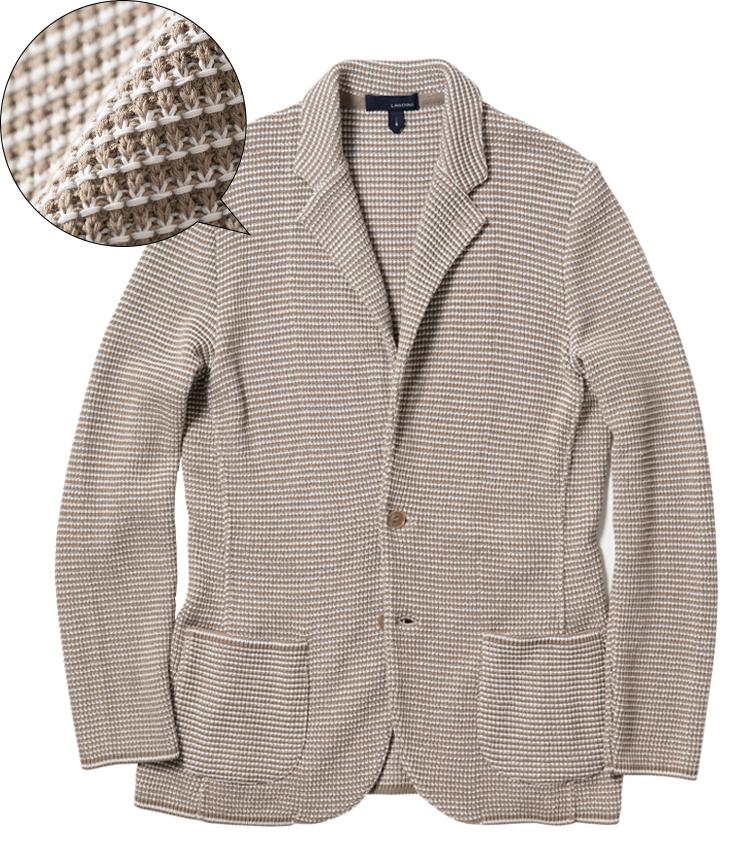 <p><strong>LARDINI / ラルディーニ</strong><br /> 柔らかい肌触りを求めるなら、綿100%のものも心地いい。こちらはベージュとオフ白の糸を用いてミドルゲージに編んだ生地による、立体的な表情が魅力。ラウンドした裾がジャケット感を高めている。右頁のモデル着用はこちら。6万8000円(ラルディーニ 東京店)</p>