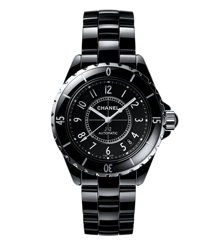 <p><strong>【2000年】誕生<br /> ブラックセラミックに潜めたメゾン初の機械式ムーブ</strong><br /> セラミック製の黒い外観は誕生時、時計界に大きな衝撃を与えた。色と素材こそ斬新だったが、各ディテールは伝統的なスポーツウォッチにならっている。</p>