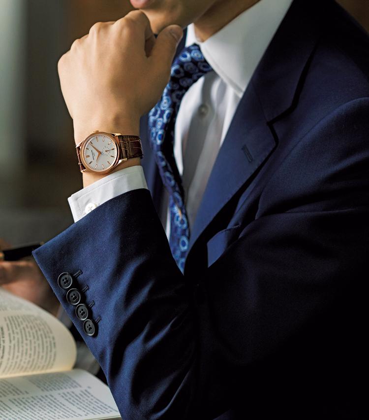 <p><strong>【①気品ある3針にはシンプルなクラシックスタイルを】<br /> PATEK PHILIPPE / パテック フィリップ<br /> カラトラバ Ref.5196</strong></p> <p>3針革ベルトのドレッシーな時計には、クラシックな仕立てのスーツを合わせるのが紳士のルール。「私も愛用しているパテックのカラトラバ。3針革ベルトのドレス時計には、シンプルなコーデが個人的にも好み」。(四方さん)240万円(パテック フィリップ ジャパン・インフォメーションセンター)</p>