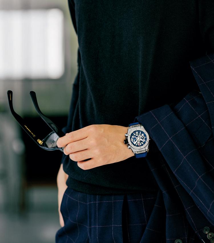 <p><strong>【③男のタフさを湛える時計にはチェックの柔和さを】<br /> HUBLOT / ウブロ<br /> ビッグ・バン ウニコ チタニウム ブルー</strong><br /> 男らしくてラグジュアリーな時計は、チェックスーツで印象を適度に和らげる。「独創的で男らしさを感じさせるウブロは、遊びの効いたスーツに好相性」。(四方さん)200万円(LVMH ウォッチ・ジュエリー ジャパン ウブロ)</p>