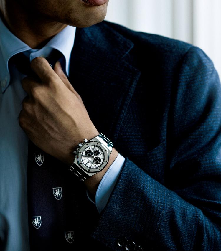 <p><strong>【⑤屈強かつエレガンスを湛えた時計は敢えてブリティッシュトラッドを】<br /> PIGUET / オーデマ ピゲ<br /> ロイヤル オーククロノグラフ</strong><br /> スポーティな時計をクラシックな英国スタイルのハズしに。「ロイヤル オークをあえて英国トラッドスタイルに合わせる愉しみ方も、歳を重ねたM.E.世代ならでは」。(四方さん)280万円(オーデマ ピゲ ジャパン)</p>