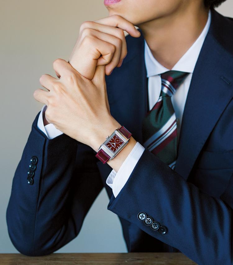 <p><strong>【⑥色時計の個性はタイとのリンクで上品に】<br /> JAEGER-LECOULTRE / ジャガー・ルクルト<br /> レベルソ・トリビュート・スモール セコンド</strong><br /> 個性の強い時計も、着こなしにひと工夫あれば装いの上品スパイスに。「一見派手な時計のボルドーも、タイ色に拾うことで、装い全体が馴染んで、洒脱な印象に」。(四方さん)84万円(ジャガー・ルクルト)</p>