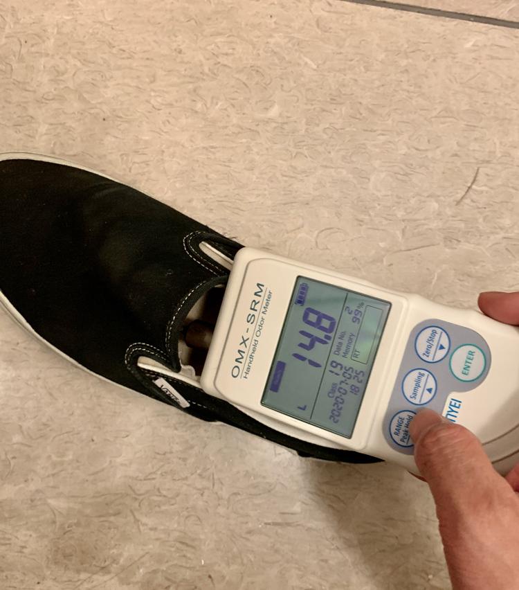 <p>帰宅して靴を脱ぐと、自分でも引くくらいの悪臭がムワッと立ちのぼってきた。居酒屋など周りに人がいる環境だったら、確実に顰蹙モノだ。写真や文章では伝わらないので、今回はニオイも計測してみた。数値は写真のとおり。</p>
