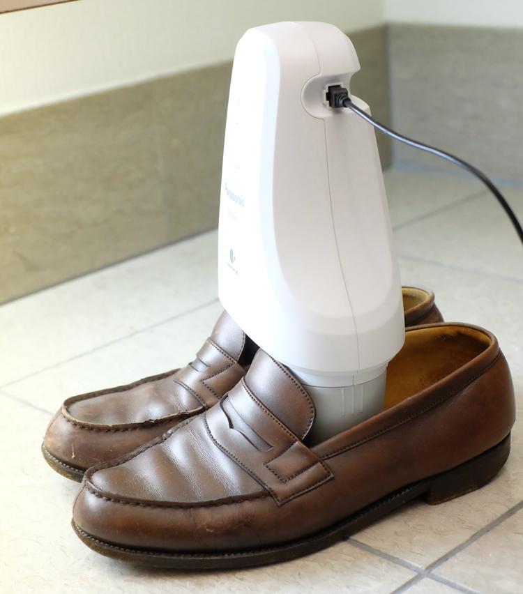 <p>効果をしっかりと発揮させるには「MS-DS100」を靴に対して垂直に立てる必要があるが、安定感はどうだろうか? 試しにローファーに立ててみると、意外なほどシャキッと安定している。</p>