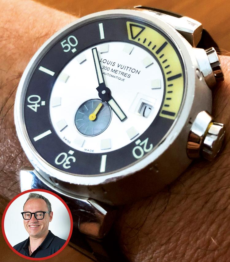 <p><strong>メルセデス・ベンツ日本 代表取締役副社長 ステファン・アルブレヒトさんの愛用時計<br /> Brand…ルイ・ヴィトン Model…タンブールダイバー</strong><br /> 写真の時計以外にもロレックスのヨットマスターⅡを愛用しているアルブレヒトさん。「この時計は15年前、まだ日本に赴任する前の東京出張時に、特徴的なデザインを気に入って購入。休日中心ですが、ビジネスカジュアルや、ドレスダウンしたいときに重宝しています。300m防水と本格仕様で、休暇で訪れた石垣島でのダイビングでも活躍しました!」</p>