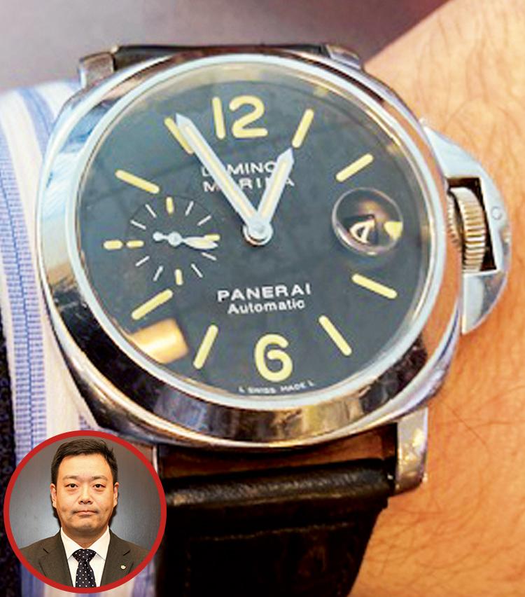 <p><strong>大和証券 部長 渡部 友和さんの愛用時計<br /> Brand…パネライ Model…ルミノール マリーナ</strong></p> <p>「私は体が大きく普通の時計は小さくバランスが悪いので、径の大きいパネライが合っていると思い、この44㎜径をもう15年近く愛用。プライベートで海に行く機会も多く、ベルトさえかえれば十分使える点も気に入っています」</p>