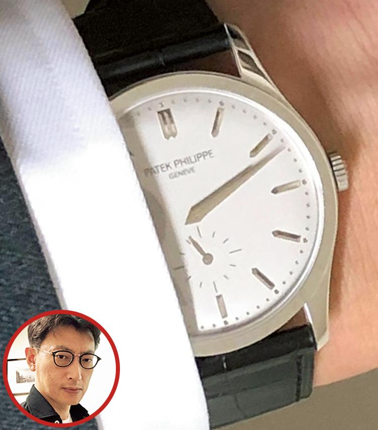 <p><strong>亀田総合病院 集中治療科部長 林 淑朗さんの愛用時計<br /> Brand…パテック フィリップ Model…カラトラバ</strong><br /> 「比較的フォーマルな装いの場面で愛用しています。腕時計が最初に人目を引いたり、強く主張したりするのは避けたいので、カフスから半分だけ顔を覗かせ、静かに品よく佇んでいてくれるところが気に入っています」</p>