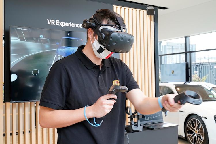 <p>VRでポルシェモデルやサーキット走行などのバーチャルな体験もできる。</p>