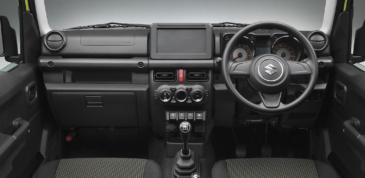 <p>軽のジムニーと変わらないデザインとされたジムニー・シエラのインテリア。両モデル共、全グレードに4ATに加えて5MTがラインナップされている。</p>