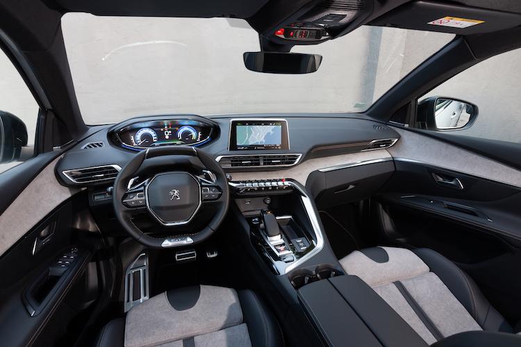 <p>車内レイアウトも5008と共通。車内空間は5008には劣るが、4〜5名乗車なら十二分。アクティブクルーズコントロールなど、最新の安全システムもしっかりと採用されている。</p>
