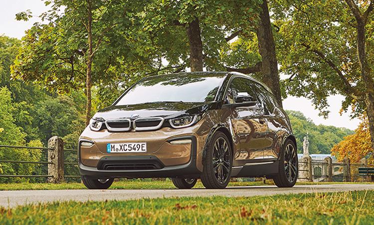 <p><b>ガソリンを使わず都内をドライブ<br /> <br />ビーエムダブリュー i3<br />BMW i3</b><br /> BMWのEVコンパクトであるi3。EV仕様の他に補助用のガソリンエンジンを備えたモデルもあり、その場合の航続可能距離は466km。499万円〜。(BMWカスタマー・インタラクション・センター)</p>