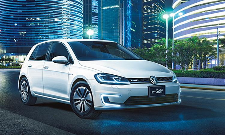 <p><b>電気自動車+普段使いができる小型車<br /> <br />フォルクスワーゲン e-ゴルフ<br />VOLKSWAGEN e-GOLF</b><br /> 定番車であるゴルフの性能に航続可能距離301kmを組み合わせたEVモデル。インテリアなどはゴルフとほぼ同じ。高い基本性能を誇っている。544万8000円〜(フォルクスワーゲン・カスタマーセンター)</p>
