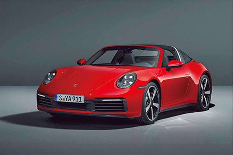 <p><b>オープンとクーペを新しいカタチで楽しめる911<br /> <br />ポルシェ 911 タルガ 4<br />PORSCHE 911 TARGA 4</b><br /> スポーツカーの代名詞である911。その中でも個性が際立つのが独特なガラス製のルーフを持つタルガ。一級品の動力性能と美しいスタイリングが手に入る。1729万円〜。(ポルシェカスタマーケアセンター)</p>
