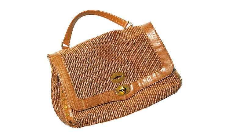 <p><b>Zanellato ザネラート</b><br /> 郵便配達員用の鞄をイメージした人気ショルダーの新作。コットン×ナイロンを編み上げたボディを民俗調の柄を施した革でトリミングし、コロニアルな雰囲気に。縦27×横38×マチ19㎝。11万5000円/ザネラート(アマン)</p>