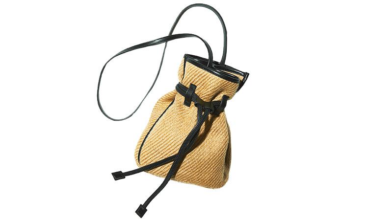 <p><b>The Dilettante ザ・ディレッタント</b> <br /> 麻のような風合いの植物性繊維を使用した小ぶりの巾着バッグ。一見フェミニンだが、黒のレザーで引き締めているため男の避暑スタイルの小粋なアクセントになる。1万7000円/ザ・ディレッタント(トゥモローランド)</p>