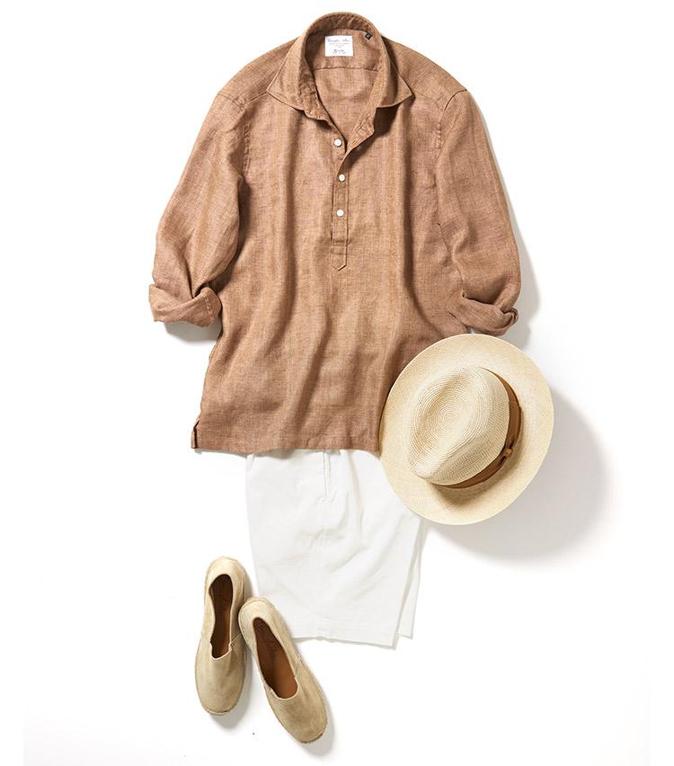 <p>白を添えることでエレガントなリゾートスタイルに。襟もドレスシャツっぽい仕上がりで、ワイドカラーゆえに、第2ボタンまであけてもだらしなく見えず、程よくリラックスした印象を醸し出すことができる。ハットのリボンの色もさりげなくブラウンにすることで統一感を。<br /> <small>ショーツ2万3000円/ジャブスアルキヴィオ、帽子3万9000円/ボルサリーノ、靴1万200円/ドンキーショス</small></p>