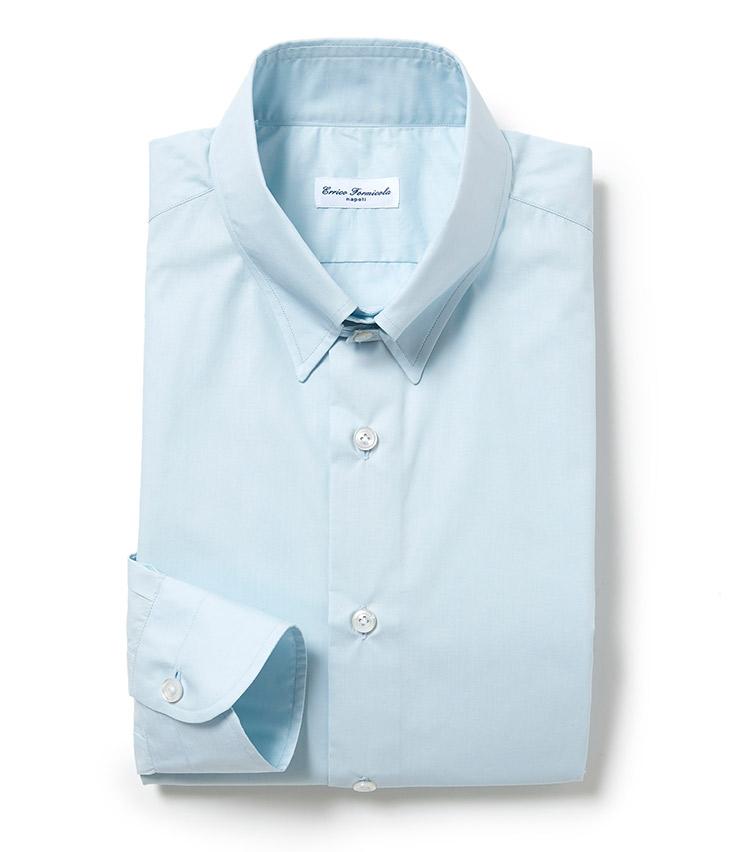 <p><strong>■Errico Formicola</strong><br /> ドレッシーなブロード生地のドレスシャツは、ゆとりのあるパターンが優しく体を包み込む一方で、シャープでモダンに見えるところが人気の理由。「こちらも今季注目のアースカラーを用いたタブカラーシャツ。ピースダイ(後染め)なので、ドレスシャツながらも程よくリラックス感のある雰囲気がモダンで、クリーンなカラーリングが好みの方には、是非おススメしたいアイテムです」。<br /> 2万6300円(シップス銀座店)</p>