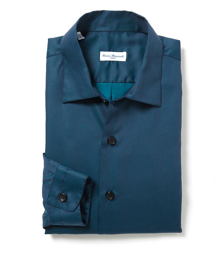 """<p><strong>■Errico Formicola</strong><br /> シルクのような光沢としなやかさのあるソラーロ生地を採用したワイドカラーシャツ。この秋注目の、無地のカラーシャツは、程よくリラックスシルエットで、袖の長さもインポートのわりに短めの仕様。イタリアブランドの放つ色気を存分に味わえる。「リラックス感溢れるシルエットと素材感の""""艶っぽさ""""と""""カジュアル感""""の相反する要素が両立する、独特な雰囲気が唯一無二の存在感を醸し出しています」。<br /> 2万6300円(シップス銀座店)</p>"""