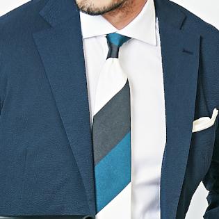 涼しげな胸元には「白×青」【1分で出来るスーツのお洒落】