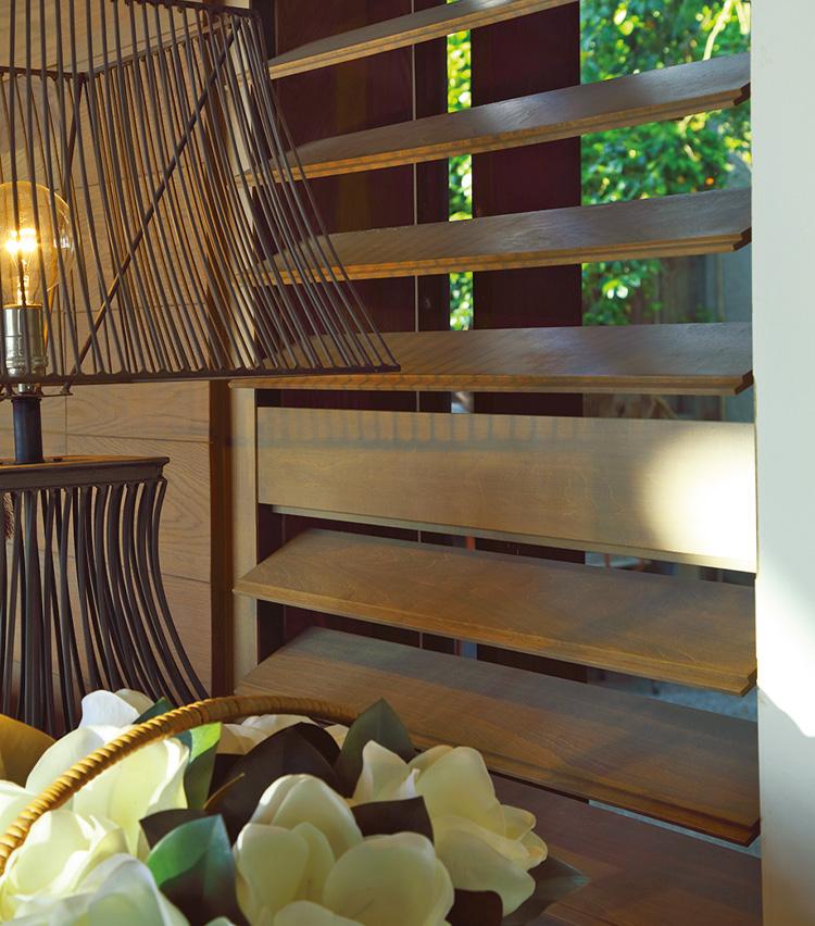 <p>別荘内にカーテンは一切なし。「ナニック」の木製ブラインドとシャッターがナチュラルな雰囲気を作り出す。</p>