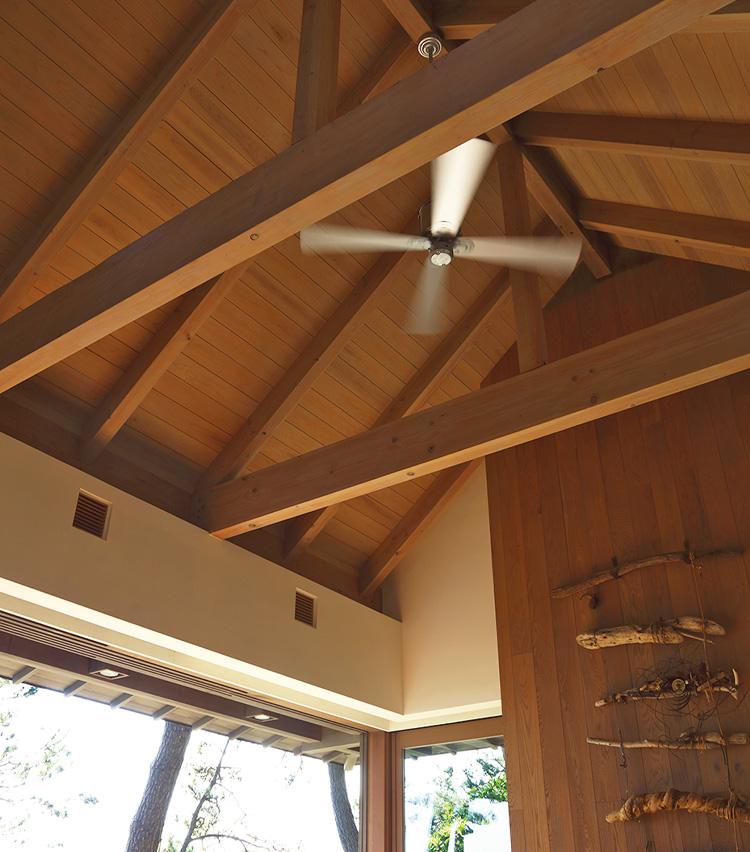 <p>リビングやそれぞれのベッドルームの天井には木製のファンが。真夏でもほぼエアコンを使うことはない。</p>