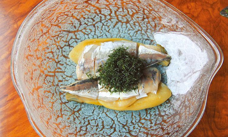 <p>釣り鰺のスモーク茄子のマリネ紫蘇のフリット</p>