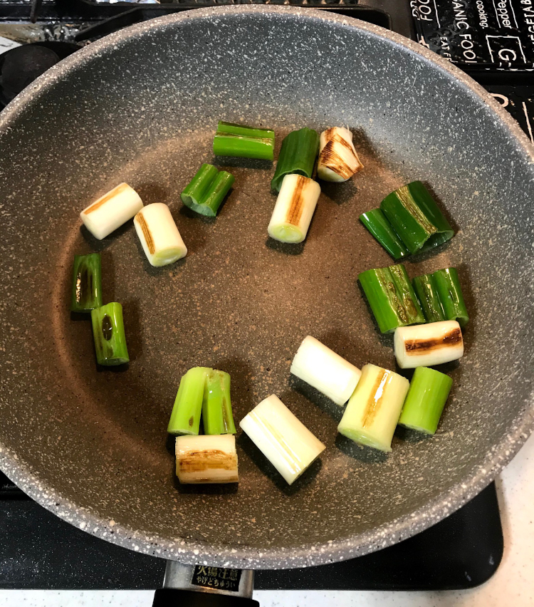 <p>3.フライパンにごま油を引き、長ネギを入れ、焼き目をつけたら一度取り出す。</p>